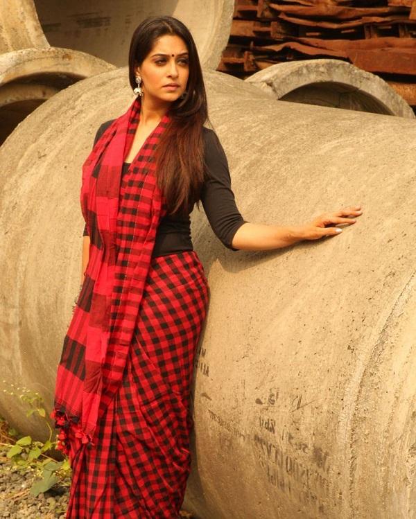 जब दीपिका ने टीवी इंडस्ट्री में कदम रखा तो वह काफी सिंपल दिखती थी लेकिन समय के साथ उन्होंने अपनी लुक को पूरी तरह बदल लिया।