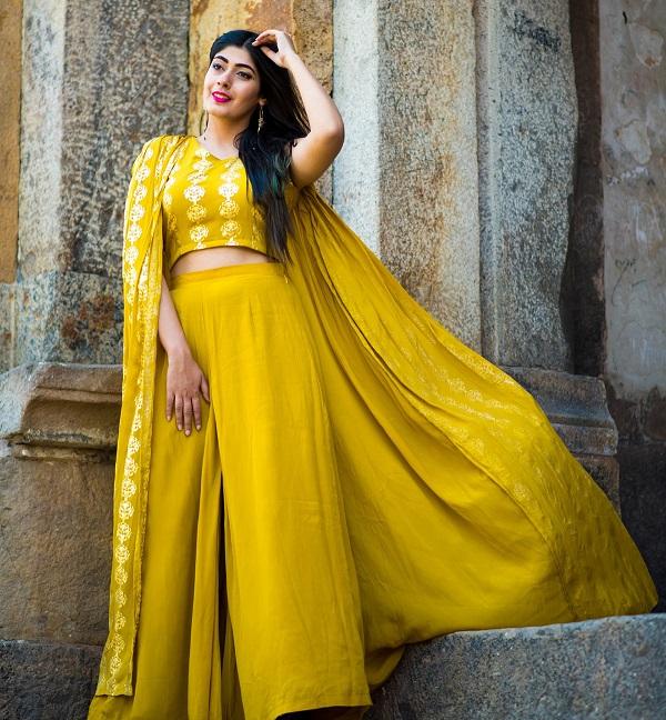 अगर आप भी डांडिया या गरबा नाइट पर यैलो रंग की ड्रेस पहनने की सोच रही हैं तो हम आपको कुछ ड्रेसेज दिखाएंगे, जिनसे आप आइडिया ले सकती हैं।