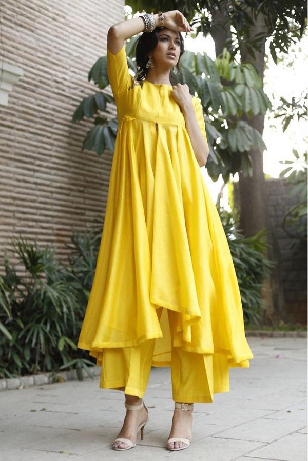 कुछ अलग ट्राई करना चाहती हैं तो आप ऐसी ड्रेस भी चुन सकती हैं।