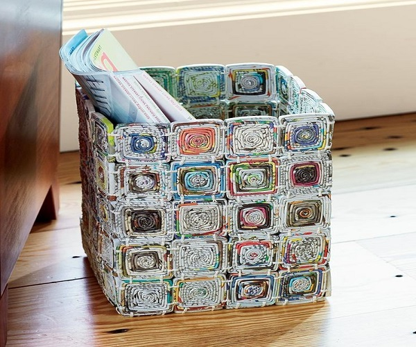 इसे बनाने के लिए अखबार को चौकोर आकार में मोड़े। फिर इन्हें गोंद से चिपकाते हुए टोकरी तैयार करें।