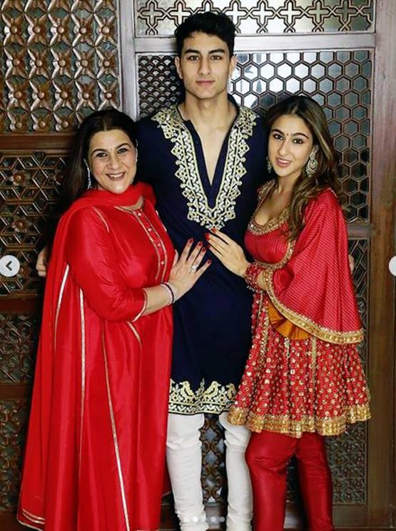 मां और बहन सारा के साथ नेवी ब्लू कुर्ता पजामा में दिखे इब्राहिम