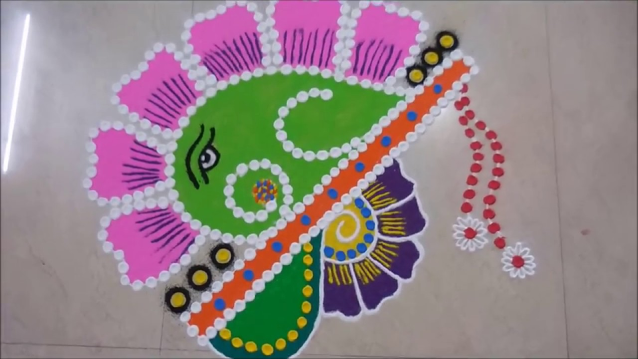 रंगोली बनाने के लिए आप रंग और गोल छन्नी का इस्तेमाल कर सकते हैं। आप चाहे तो फूल, पत्तियों, चावल, हल्दी व मसालों से भी रंगोली बनाकर मंदिर की सजावट कर सकते हैं।