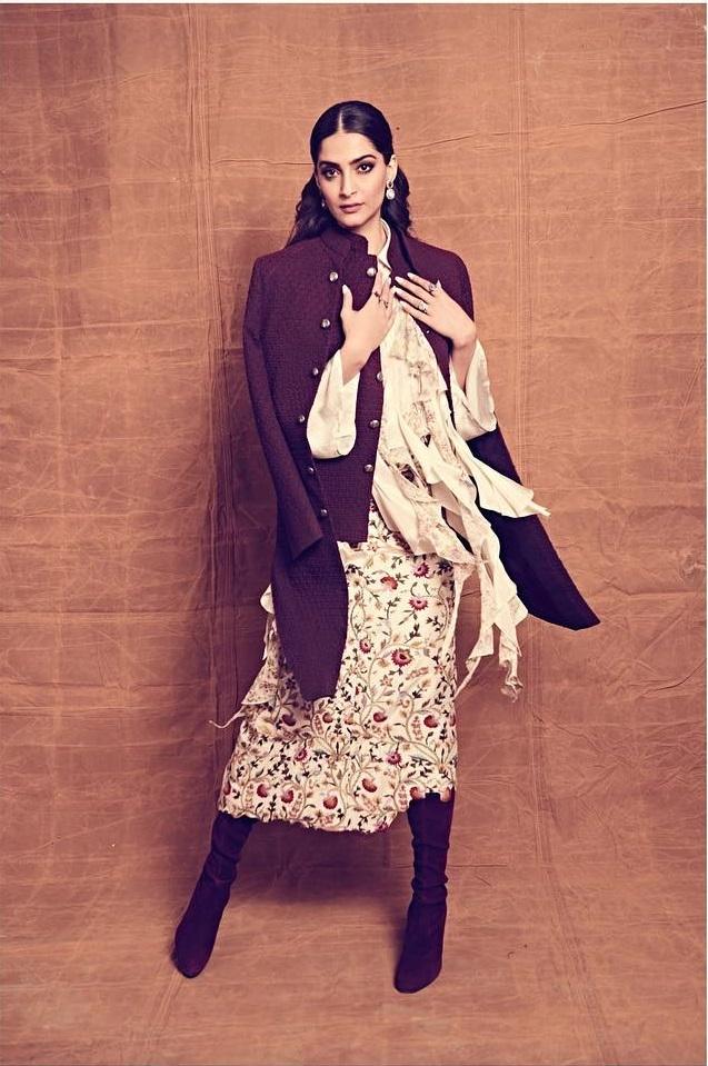 अगर आप बोल्ड लुक पसंद करती हैं तो सोनम की इस ड्रेस से टिप्स कैरी करें। इस दौरान उन्होंने फ्लोरल प्रिंटेड नी-लेंथ ड्रेस के साथ डबल लेयर ब्लेजर कैरी किया।