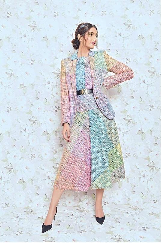 सोनम की तरह नी-लेंथ मल्टी कलर्ड ड्रेस के साथ मौचिंग ब्लेजर कैरी करें जो आपकी डीसेंट लुक देगा।