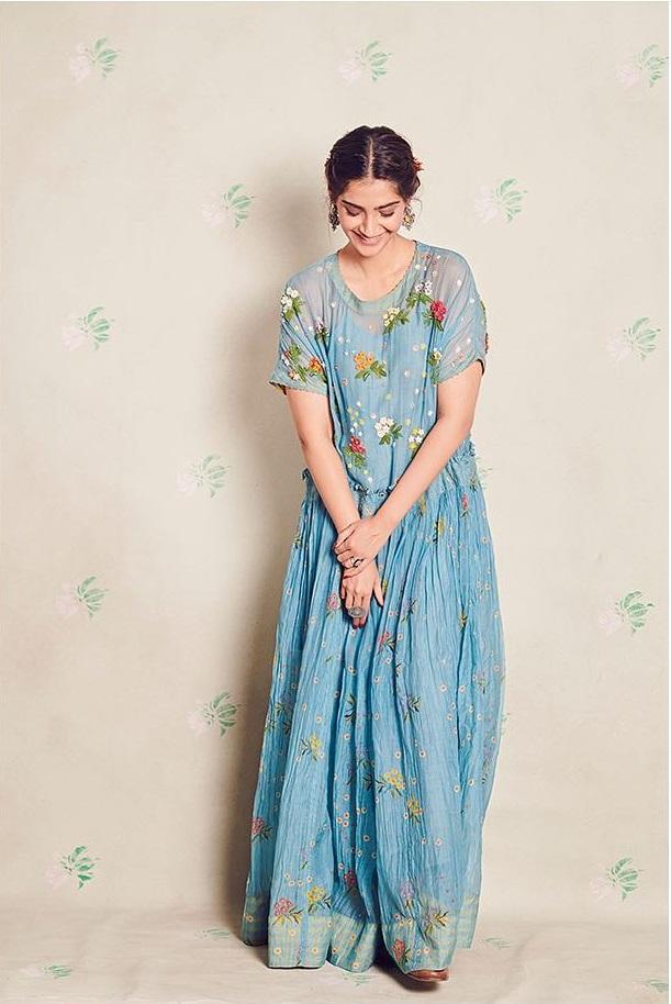 लेबल Pero की फ्लोरल मैक्सी स्टाइल फ्लोर लेंथ ड्रेस में सोनम काफी स्टाइलिश लग रही हैं उनकी यह ड्रेस गॉर्लिश लुक के लिए बेस्ट ऑप्शन है।