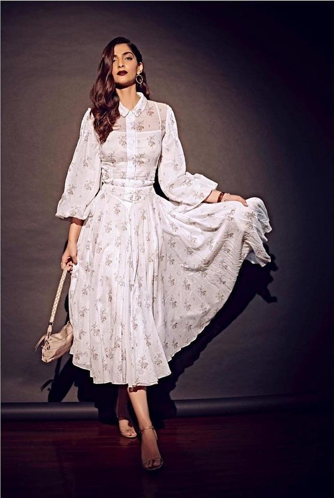 फ्रेंड्स के साथ नाइट पार्टी पर जा रही है तो यह ड्रेस बेस्ट हैं क्योंकि यह आपको फुल चार्म के साथ कंफर्ट भी रखेंगी।