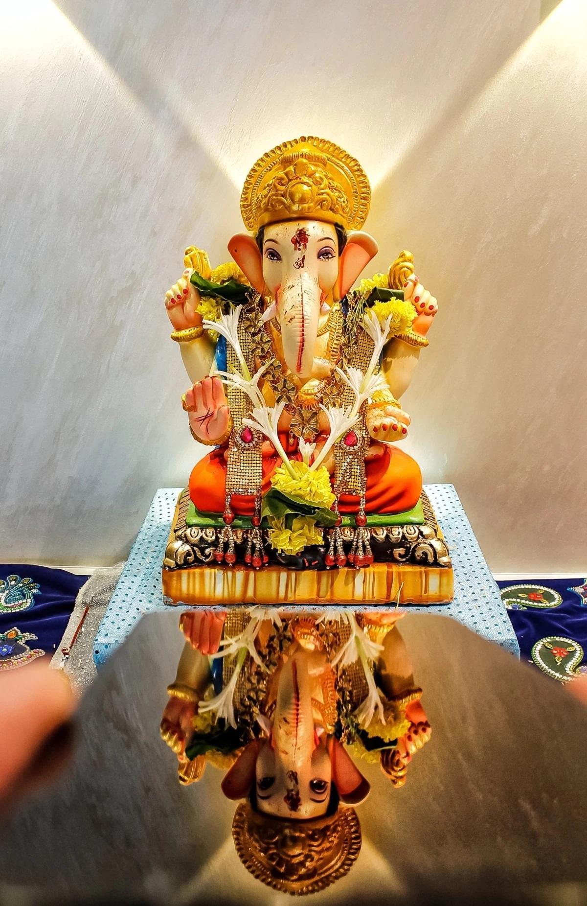 गणेश चतुर्थी का त्योहार भगवान गणेश के जन्मदिन का प्रतीक है, जिसमें सभी भक्त घर में बप्पा की एक सुंदर मूर्ति स्थापित करते हैं।