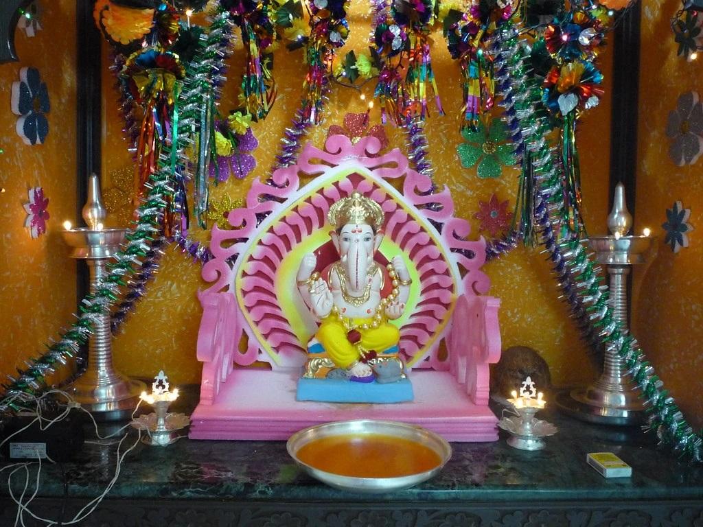 इस शुभ अवसर पर घर के मंदिर के लिए एक सुंदर पूजा चौकी खरीदें क्योंकि चौकी के बिना गणेशोत्सव अधूरा है।