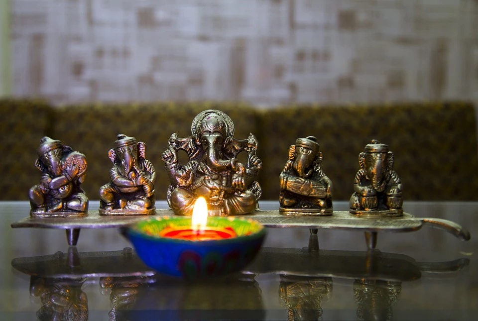 घर को रोशन करने के लिए आप दीये, सुगंधित मोमबत्तियां और पूजा कक्ष में स्ट्रिंग लाइट का यूज कर सकते हैं।