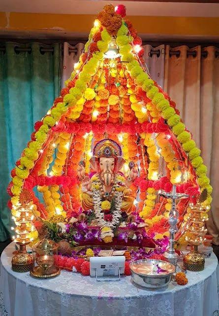 गणेशोत्सव आप पूजास्थल और मंडप को फूलों से सजा सकते हैं।