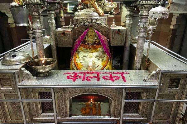 वहीं देश की राजधानी दिल्ली के 5 मंदिर बेहद ही प्रसिद्ध माने जाते हैं। मान्यता है कि यहां पर दर्शन मात्र से ही दुआ कुबूल हो जाती है। खासतौर पर नवरात्रि दौरान यहां पर खूब रौनक देखने को मिलती है। चलिए जानते हैं दिल्ली में स्थित इन प्रसिद्ध मंदिरों के बारे में....