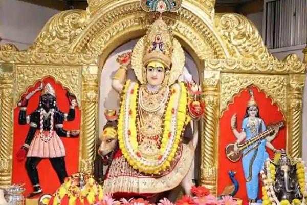 दिल्ली का झंडेवाला मंदिर आदि शक्ति मां को समर्पित है। नवरात्रि के पावन दिनों में यहां पर विशेष तौर पर देवी मां की पूजा होती है। मंदिर फूलों व लाइट्स से खूब सजाया जाता है।