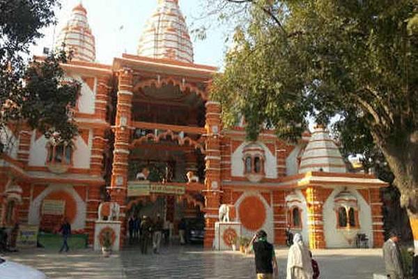 दिल्ली के शीतला माता मंदिर में नवरात्रि दौरान बेहद ही रौनक होती है। देवी मां का यह मंदिर दिल्ली के शीतला माता रोड पर स्थित है। मंदिर में माता की मूर्ति को छूने की मनाही है।