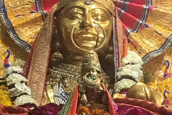 मगर दूर से माता रानी को फूल अर्पित किए जा सकते हैं। नवरात्रि के दिनों में इस मंदिर में बेहद ही भीड़ होती है। लोग दूर-दूर से दर्शन के लिए आते हैं।