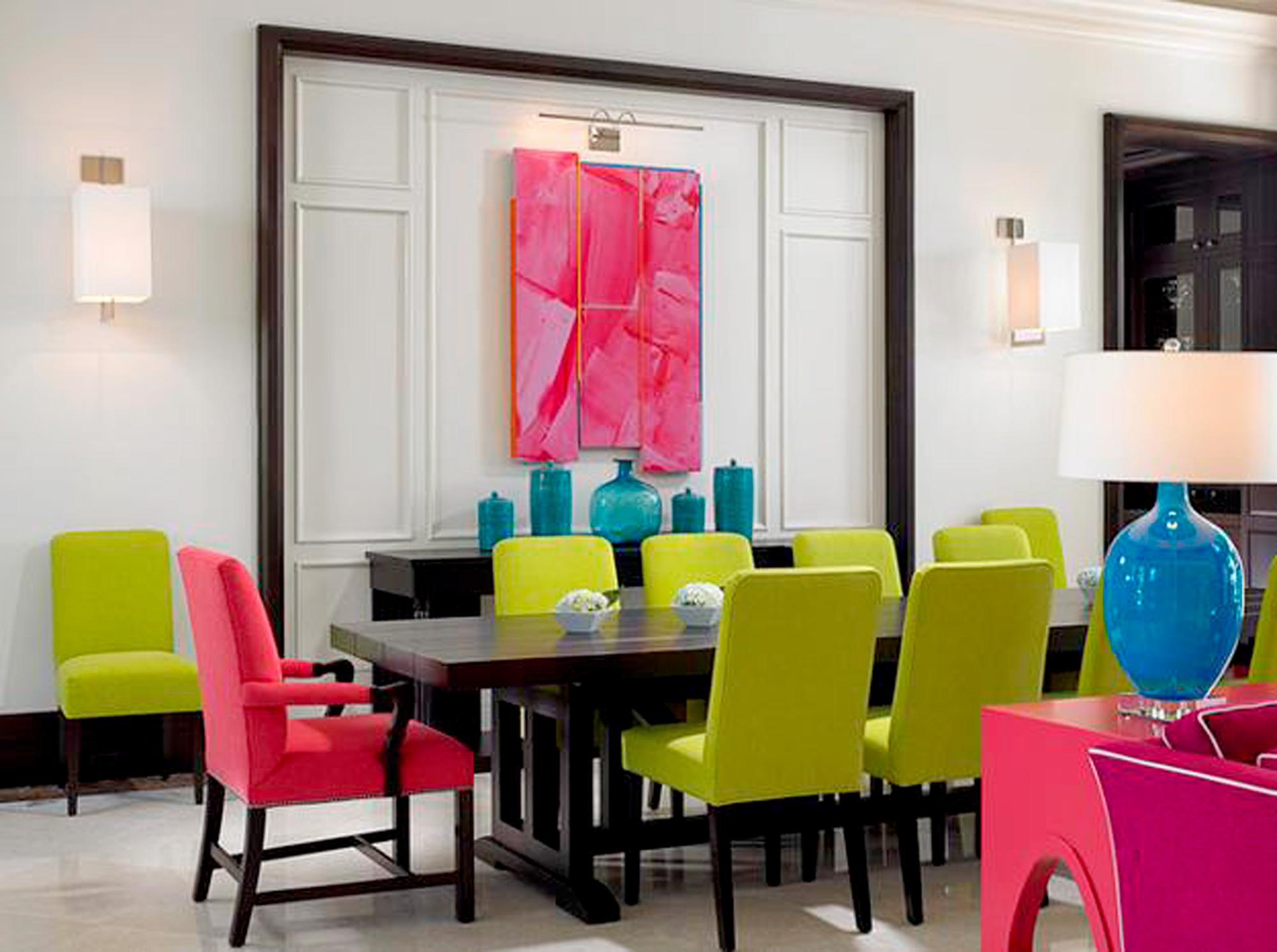 लिविंग रूम को हाइलाइट करने के लिए आप नियॉन कलर का सोफा सेट, चेयर या दूसरा फर्नीचर रख सकते हैं।