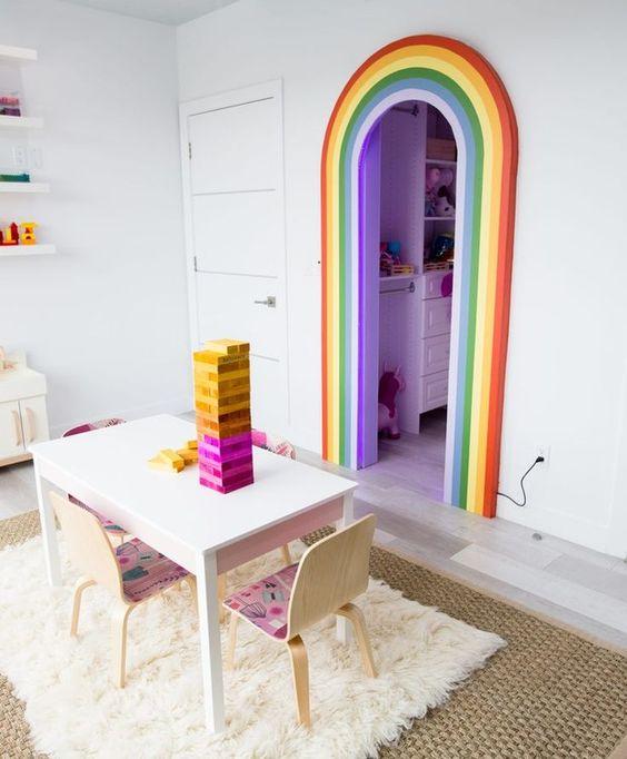 बच्चों के कमरे में नियॉन कलर टच देने के लिए आप दरवाजे पर रैंबो बनवा सकते हैं।