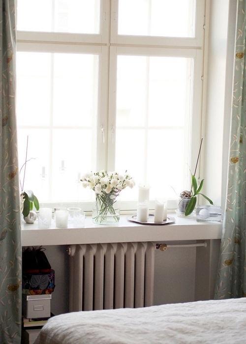गुलाब के फूलों का गुलदस्ता खिड़की के पास रखा कमरे को स्टाइलिश लुक देगा।