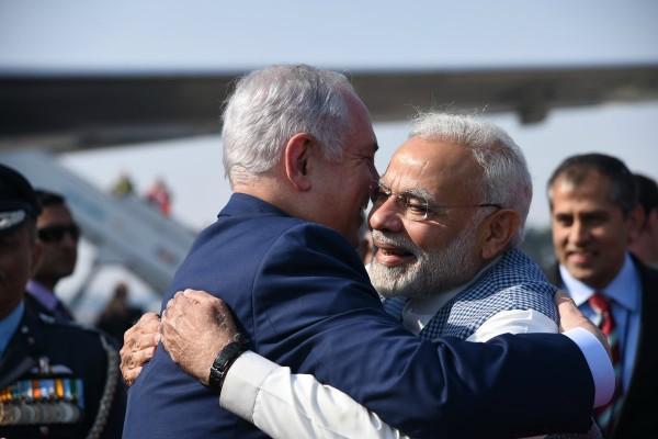 भारत पहुंचे नेतन्याहू को पीएम मोदी ने लगाया गले, तीन मूर्ति बना हाइफा चौक