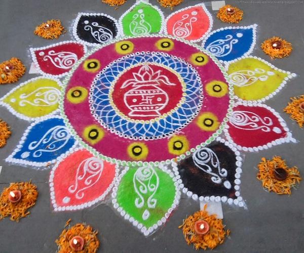 आप रंगों व फूलों के साथ रंगोली का डिजाइन बना सकती है।