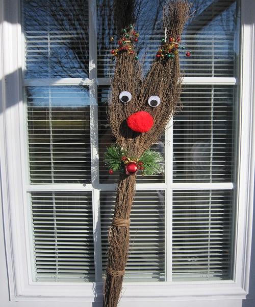 पुरानी व बेकार झाड़ू को फेंकने की जगह उसका कार्टून बनाकर घर की खिड़की पर लगा लें।