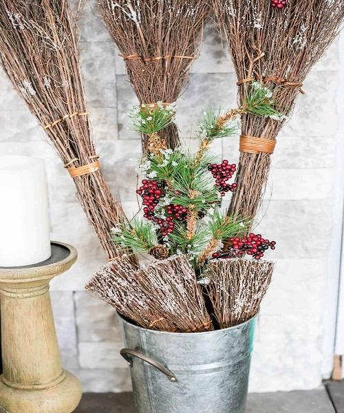 अगर आपके पास एक से ज्यादा झाड़ू है तो उसे घर के कार्नर पर एक बाल्टी में रख दें। फिर इसे ऊपर से कलर व फूलों से सजा दें।