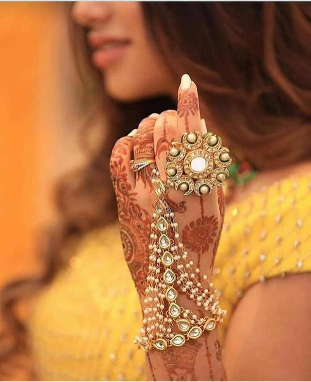 शादी का दिन हर लड़की के लिए खास होता है, तभी तो वह अपने नेकलेस, लहंगा, फुटवियर से लेकर हर चीज खास चुनती हैं।