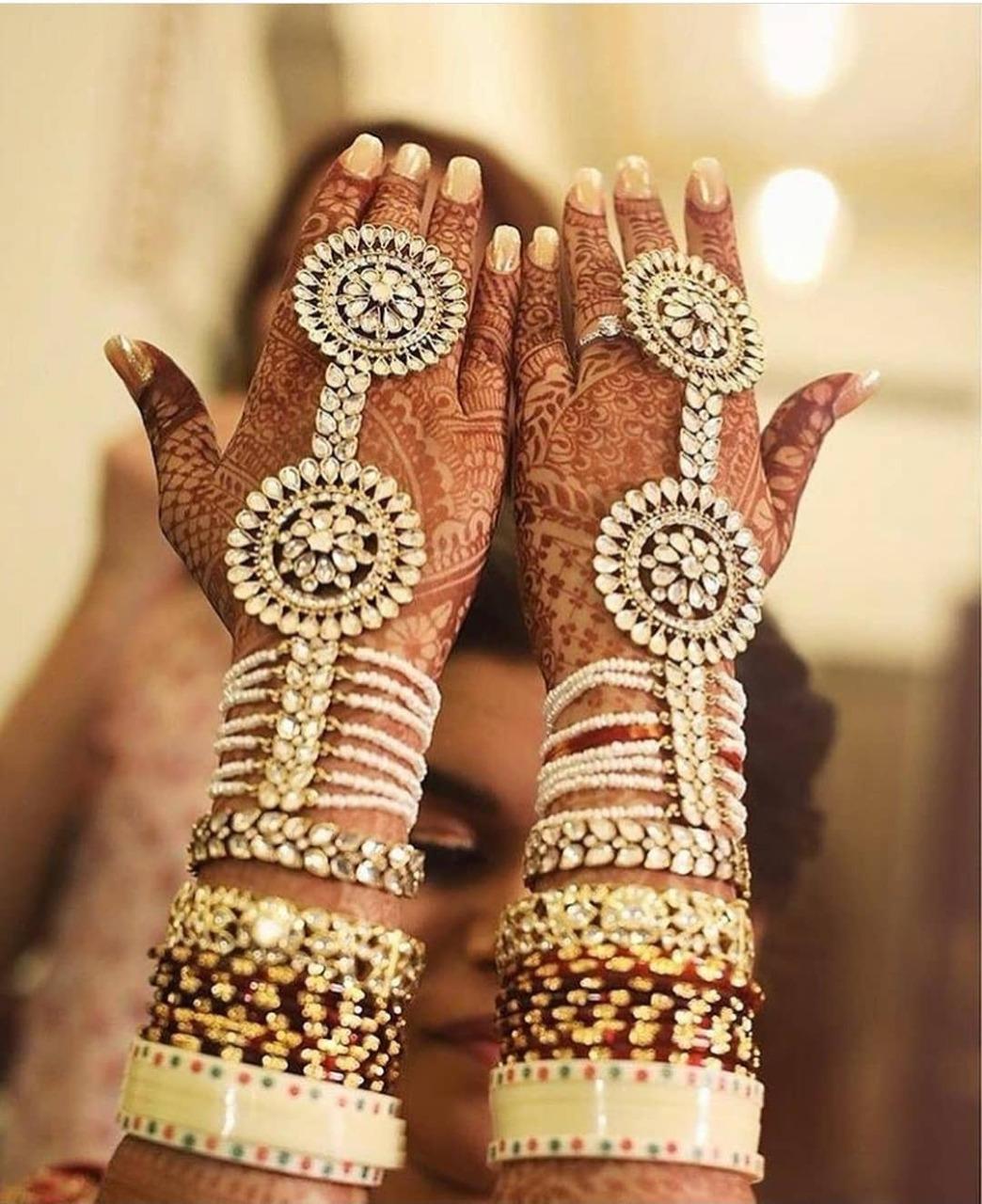 मेहंदी वालों हाथों में पहने हुए हाथफूल दुल्हन की ग्रेस को और भी बढ़ा देते हैं।