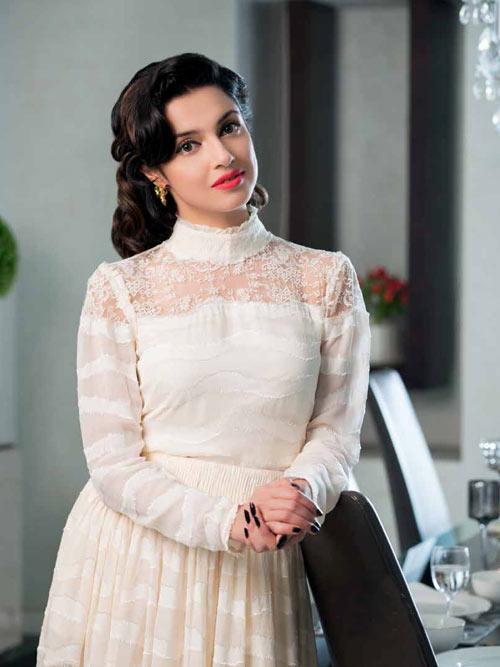 सादगी भरे व्हाइट ड्रेस में खूब जची दिव्या