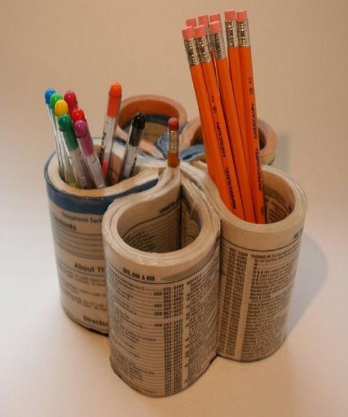 किताब से आप पेंसिल होल्डर भी बना सकती है। इसके लिए बुक का कवर अलग करके उसे तस्वीर में दिखाए की तरह मोड़ें। फिर उसमें पेंसिल, पेन, कैंची आदि को रखें।