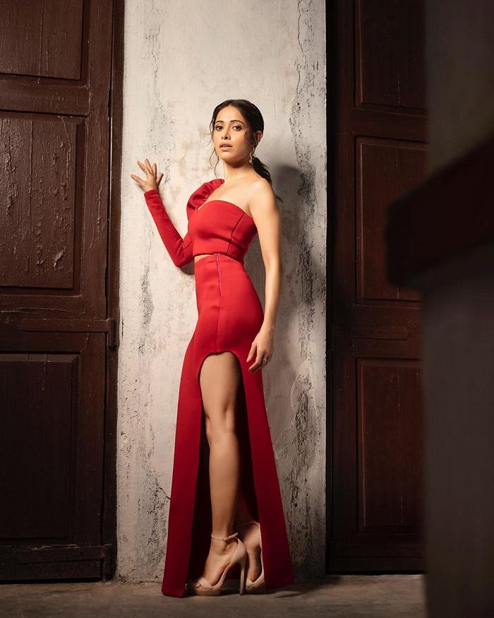 रेड क्रॉप-टॉप विद हाई-थाई स्लिट स्कर्ट