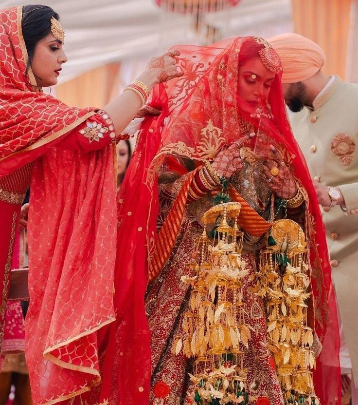 शादी के बाद दुल्हनें सहेलियों के सिर पर कलीरें झटकती है। अब जब कलीरे की रस्म इतनी खास है तो भला कलीरे क्यों ना खास हो।