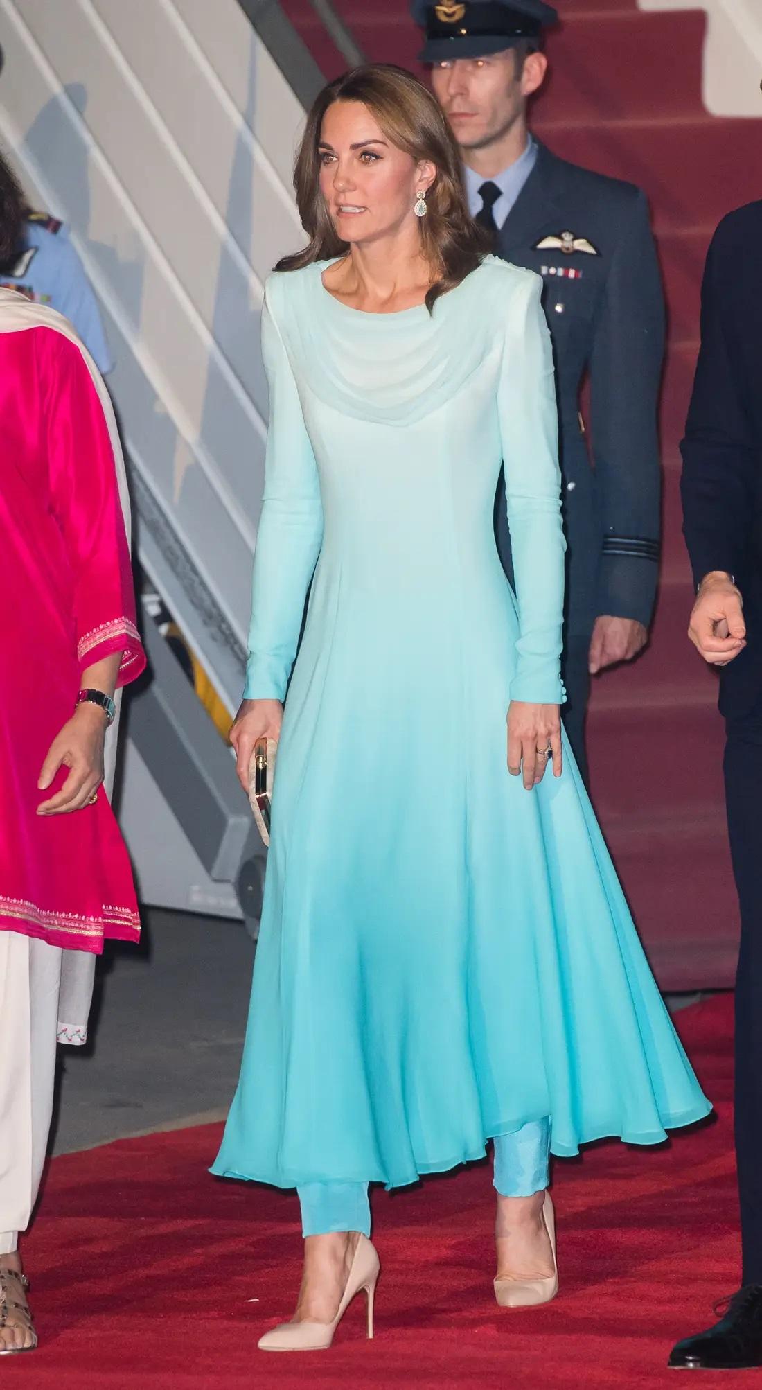 आप चाहें तो केट मिडलटन की तरह ब्लू लाॅन्ग फ्राॅक सूट कैरी कर स्टाइलिश दिख सकती हैं।