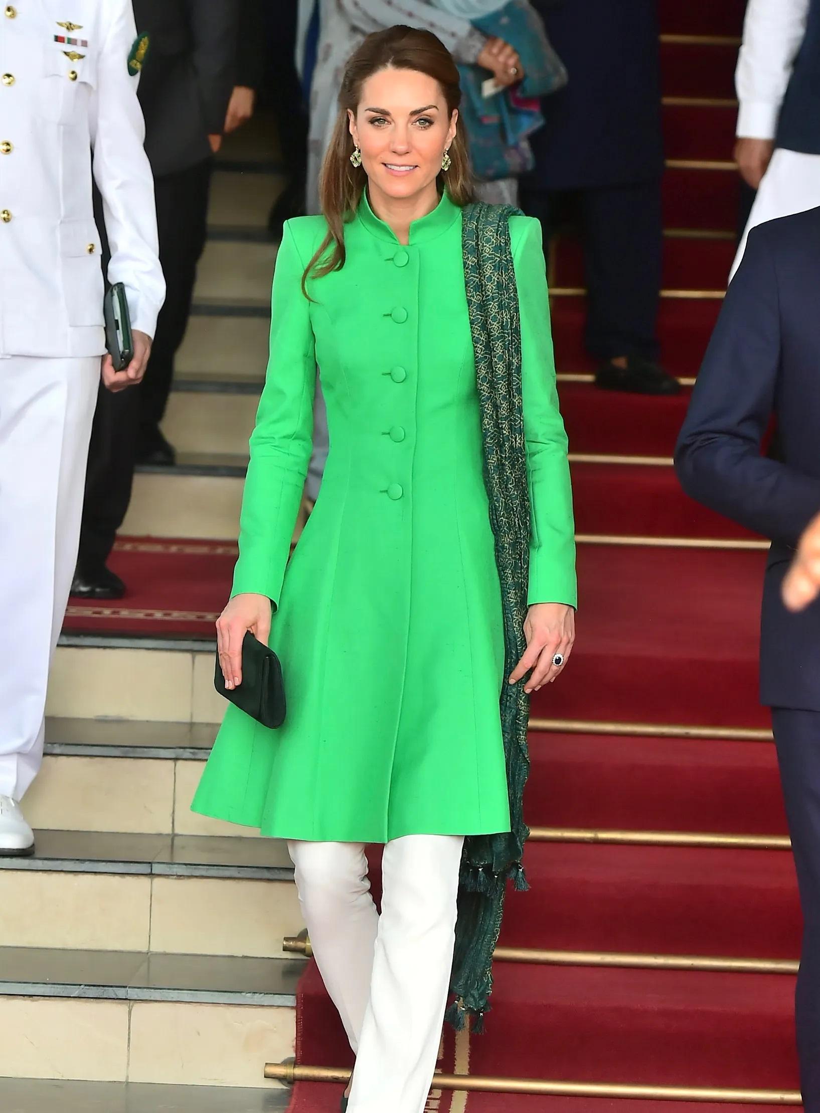 हरे रंग के कुर्ते के साथ व्हाइट पेंट विद दुपट्टा