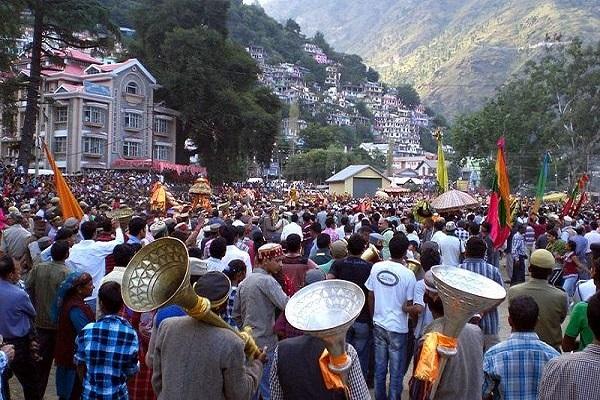 हिमाचल प्रदेश में कुल्लू के ढालपुर मैदान में मनाए जाने वाला दशहरा दुनियाभर में फेमस है। यहां पर दशहरे को अंतरराष्ट्रीय त्योहार घोषित किया गया है।