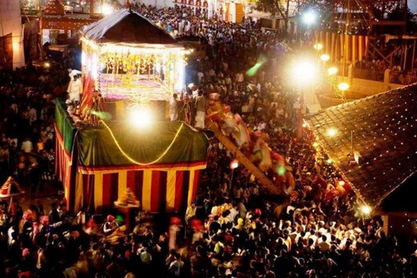कर्नाटक के मदिकेरी शहर का दशहरा उत्सव देखने वाला होता है। यहां पर पूरे 10 दिनों तक दशहरा मनाया जाता है। इसके लिए शहर के 4 बड़े व अलग-अलग मंदिरों में खास आयोजन होता है। दशहरे के दिन मरियम्मा नामक एक खास उत्सव की शुरुआत की जाती है।