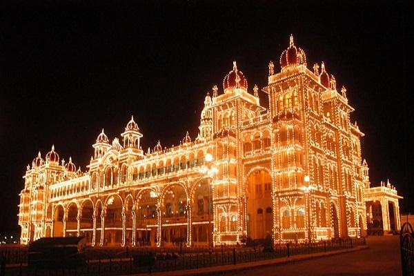कर्नाटक के मदिकेरी शहर का दशहरा उत्सव देखने वाला होता है। यहां पर पूरे 10 दिनों तक दशहरा मनाया जाता है। इसके लिए शहर के 4 बड़े व अलग-अलग मंदिरों में खास आयोजन होता है।