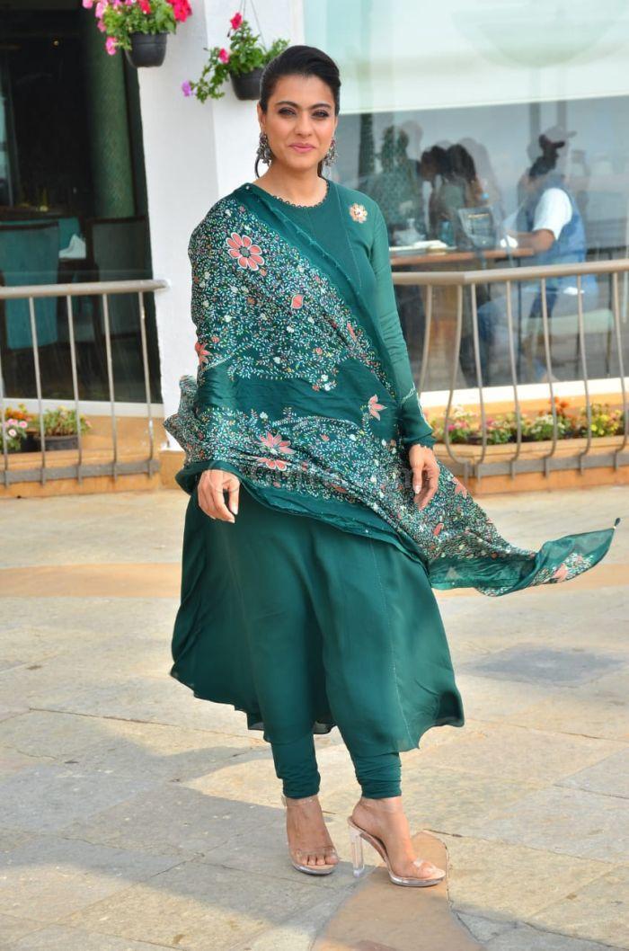 जी हां, 46 की उम्र में भी काजोल अपने ड्रेसिंग सेंस के जरिए एक्ट्रेस को कड़ी टक्कर देती हैं।