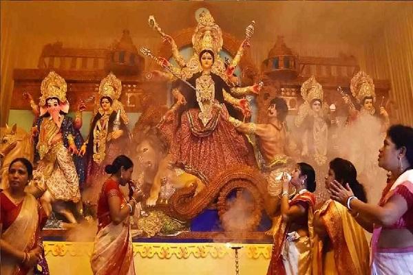 नवरात्रि के पावन त्योहार की धूम देशभर में देखने को मिलती है। लोग इस दौरान देवी दुर्गा की कृपा पाने के लिए उनकी पूजा व व्रत करते हैं। इसके साथ देवी मां को अलग-अलग चीजों का भोग लगाया जाता है।