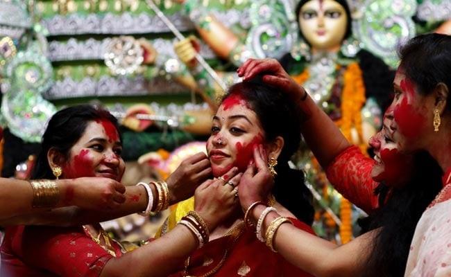 वहीं कई जगहों पर नवरात्रि के पावन दिन पर देवी दुर्गा की मूर्ति स्थापना और विसर्जन किया जाता है। इसके लिए बड़े-बड़े पंडालों में भव्य आयोजन किए जाते हैं। कई जगह पर डांडिया नाइट्स भी किया जाता है।