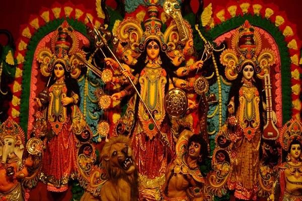 पश्चिम बंगाल में नवरात्रि का पावन त्योहार 'पूजो' के नाम से मनाया जाता है। यहां पर दुर्गापूजा का विशेष आयोजन होता है। इस दौरान हर गली-नुक्कड़ पर पंडाल लगाए जाते हैं।