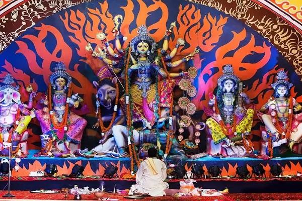 पंडालों में महिसाषुर मर्दनी मां दुर्गा की पूजा करने का महत्व है। देवी दुर्गा के साथ अन्य देवी-देवताओं की भी मूर्तियां स्थापित की जाती है।