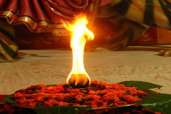 महाराष्ट्र के लोग इस दौरान घरों में अखंड ज्योत जलाते हैं। इसे पूरे नवरात्रि यानि नौ दिनों तक जलाना जाता है।