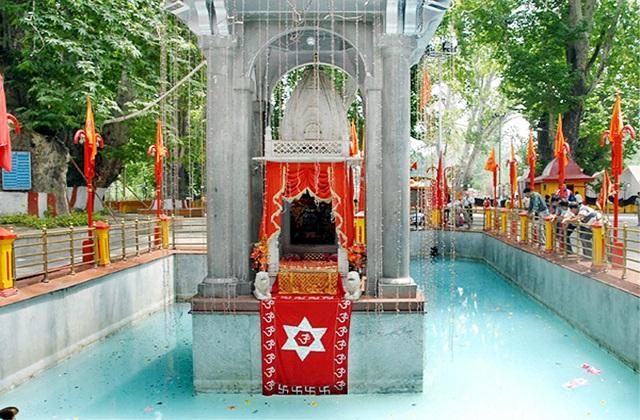 भारत में स्थापित हर मंदिर के पीछे कोई धार्मिक मान्यता जुड़ी है। इसी में कश्मीर में एक ऐसा मंदिर है, जिस कुंड का पानी कोई मुसीबत आने से पहले अपना रंग बदल देता है।