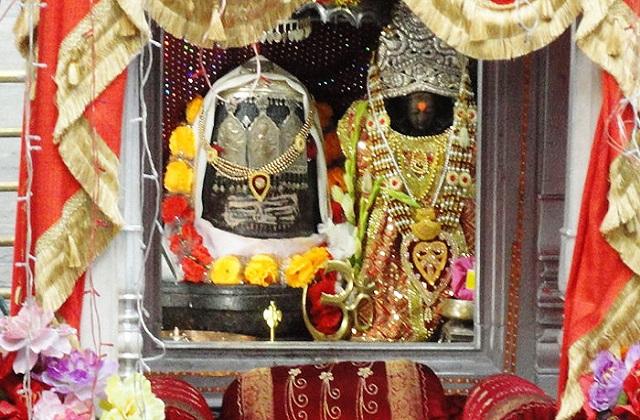 इसतरह लोग पहले ही आने वाली परेशानी को लेकर सचेत हो जाते हैं। देवी मां के इस मंदिर का नाम 'खीर भवानी' है।