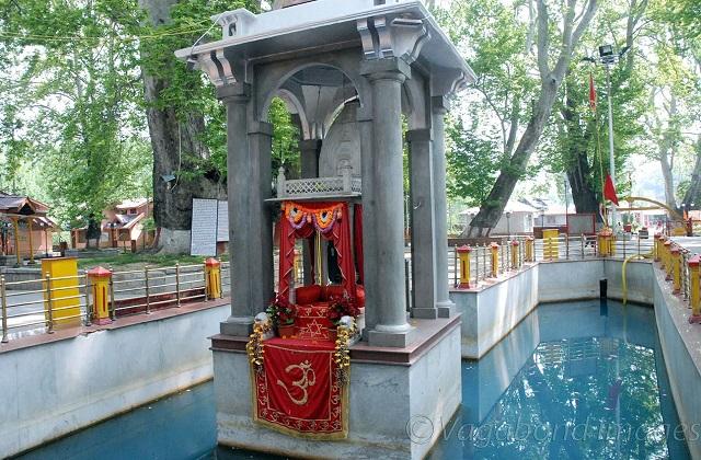 ऐसे में उन्होंने हनुमान जी को उनकी मूर्ति लंका की हटा कर कहीं और स्थापित करने को कहा। फिर हनुमान जी ने उनकी मूर्ति कश्मीर के स्थापित कर दी।