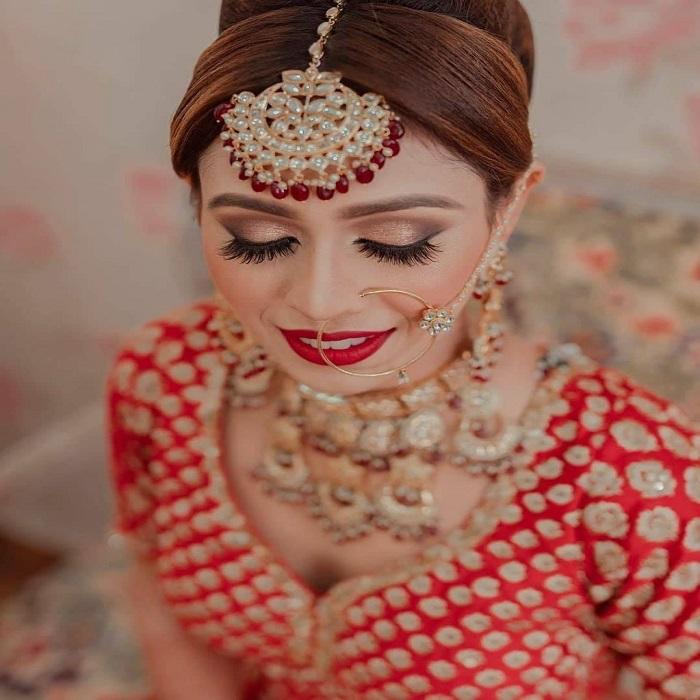 ऐसे में बात दुल्हन की करें तो उसकी ड्रेस के साथ मेकअप भी एकदम सही होना जरूरी होता है। ताकि शादी की फोटो अच्छी आए। असल में, यह पल एकदम यादगार रहने वाला होता है।