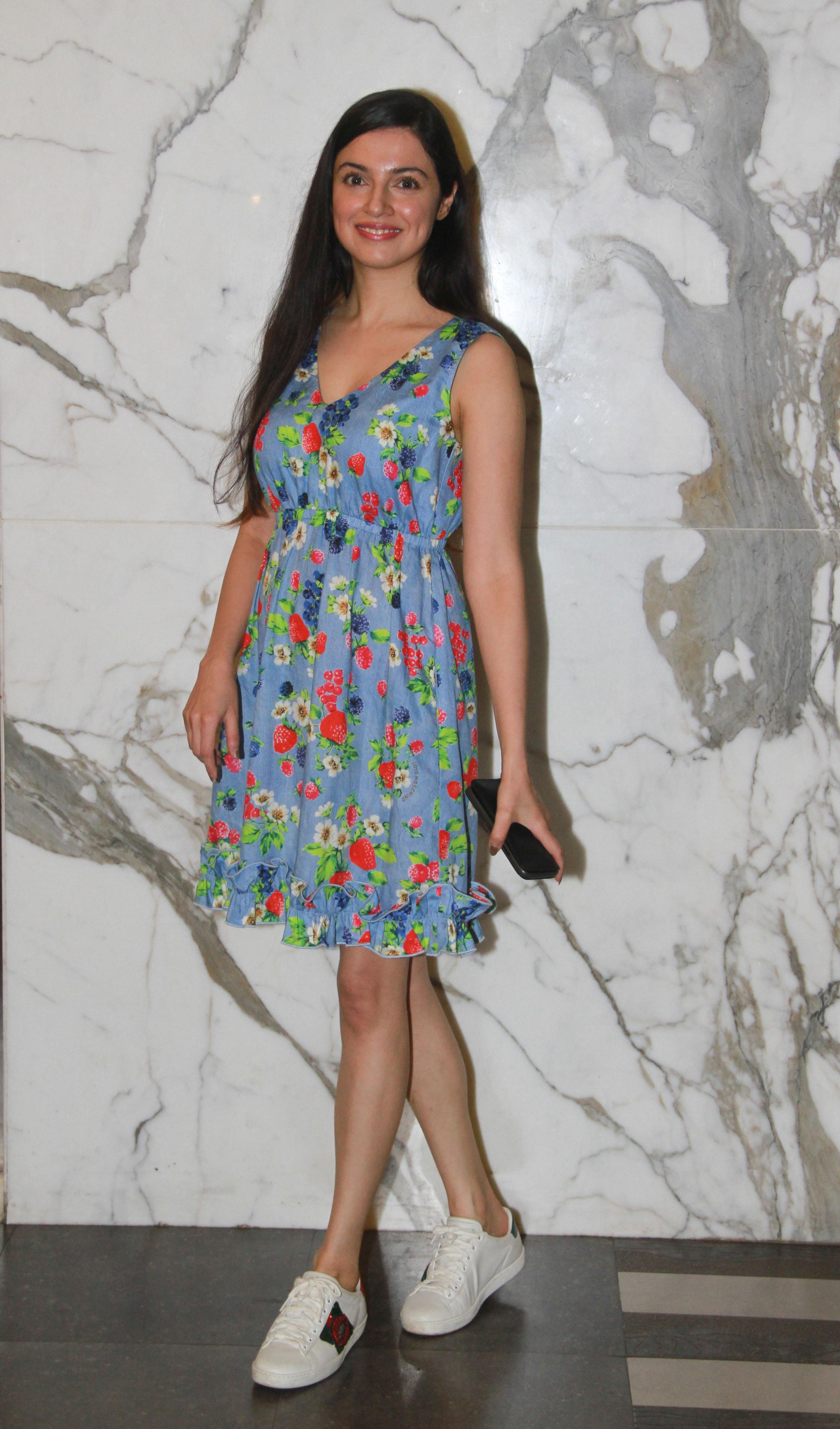 सिंपल लुक अपनाना चाहती हैं तो यह फ्लोरल ड्रेस भी अच्छी लगेगी।