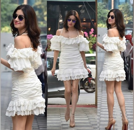 व्हाइट ड्रेस भी बेहद ग्रेसफुल लगेगी।