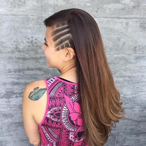 खूबसूरत हेयरकट चेहरे की पूरी लुक बदल देता हैं। तभी तो लड़कियां समय-समय पर हेयरकट करवाकर अपने आपको नया मेकअोवर देती हैं लेकिन स्टाइलिश हेयर कट के लिए लंबे बाल जरूरी हैं। जी हां, आजकल लड़कियों में अंडरकट (Undercut) का ट्रैंड खूब देखने को मिल रहा है, जिसके लिए आपको लंबे बाल नहीं चाहिए होंगे।