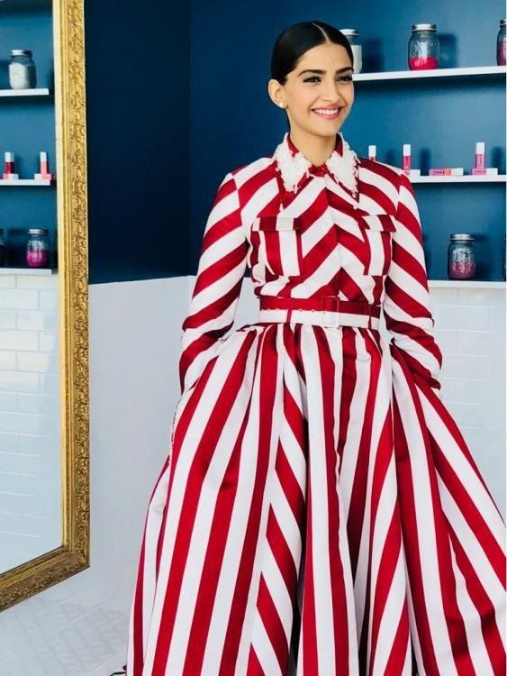 रेड एंड व्हाइट हॉरिजॉन्टल स्ट्राइप लाॅन्ग ड्रेस।
